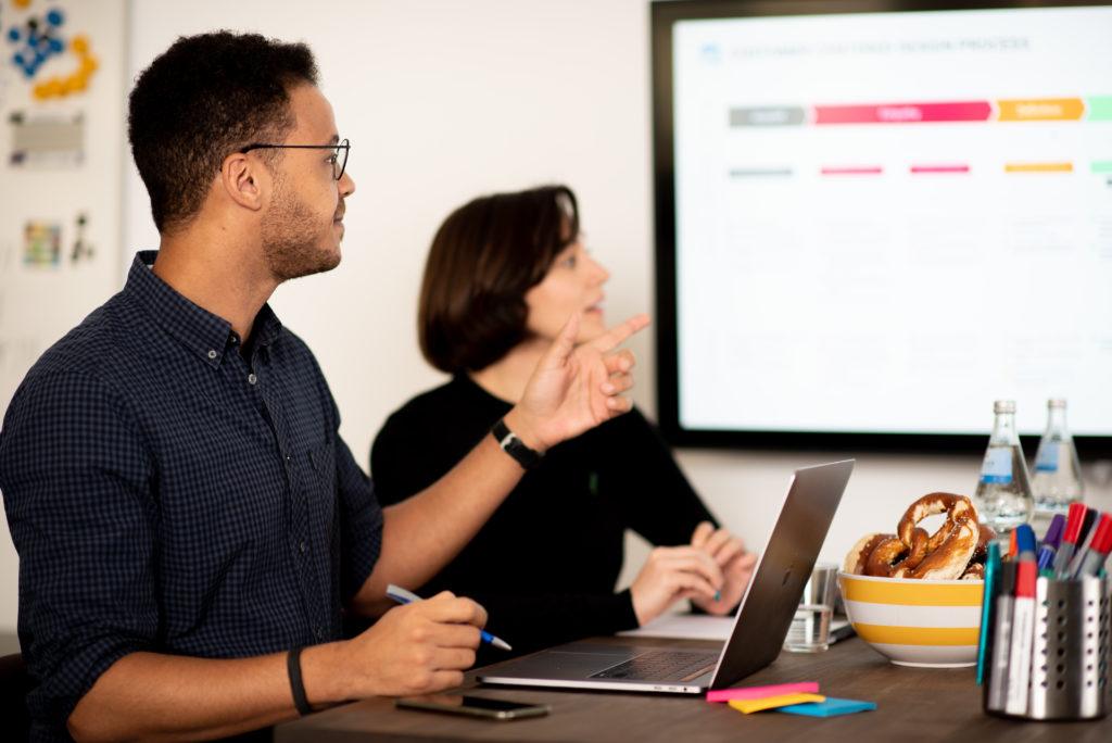 Besprechung mit Kunden am Besprechungstisch